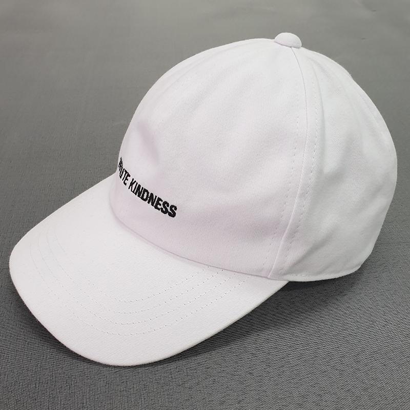หมวกทรงแบรนด์สีขาว บริเวณด้านข้าง