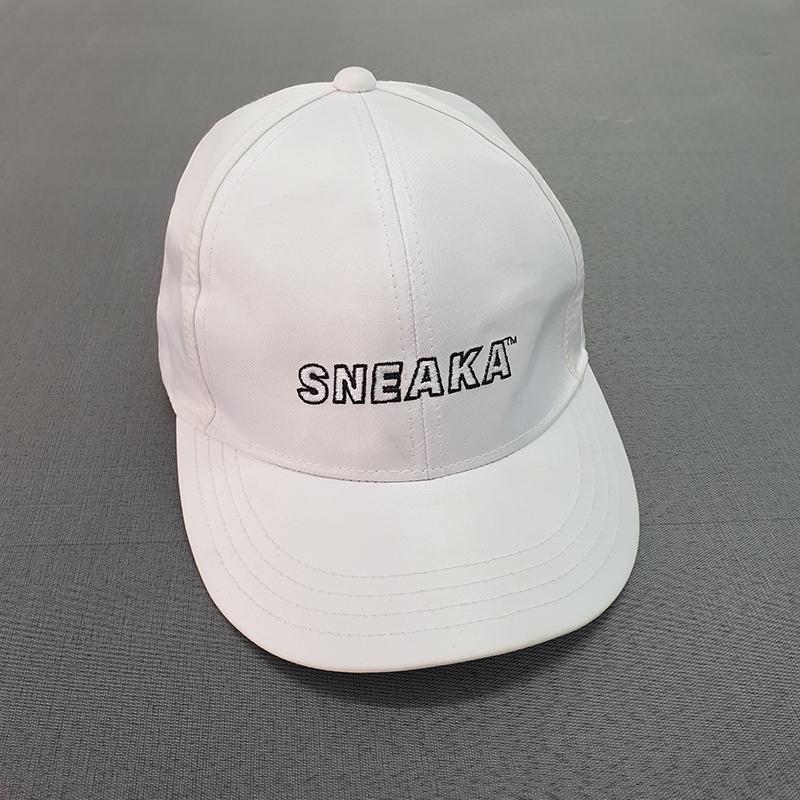 หมวกทรงแบรนด์สีขาว
