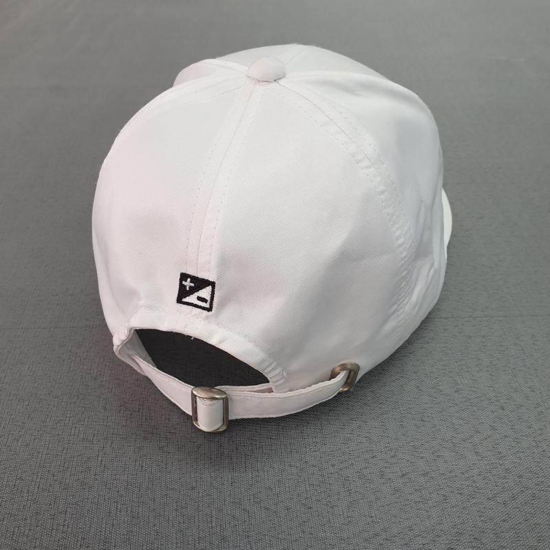 ด้านหลังหมวกเป็นเข็มขัดเหล็กสีขาวและมีงานปักด้านหลัง1ตำแหน่ง