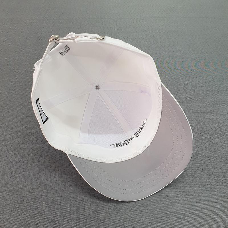 บริเวณใต้ปีกหมวกตัดต่อเนื้อผ้าสีเทา