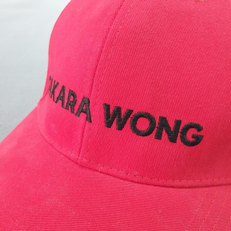 งานปักบริเวณด้านหน้าหมวกทรงแบรนด์