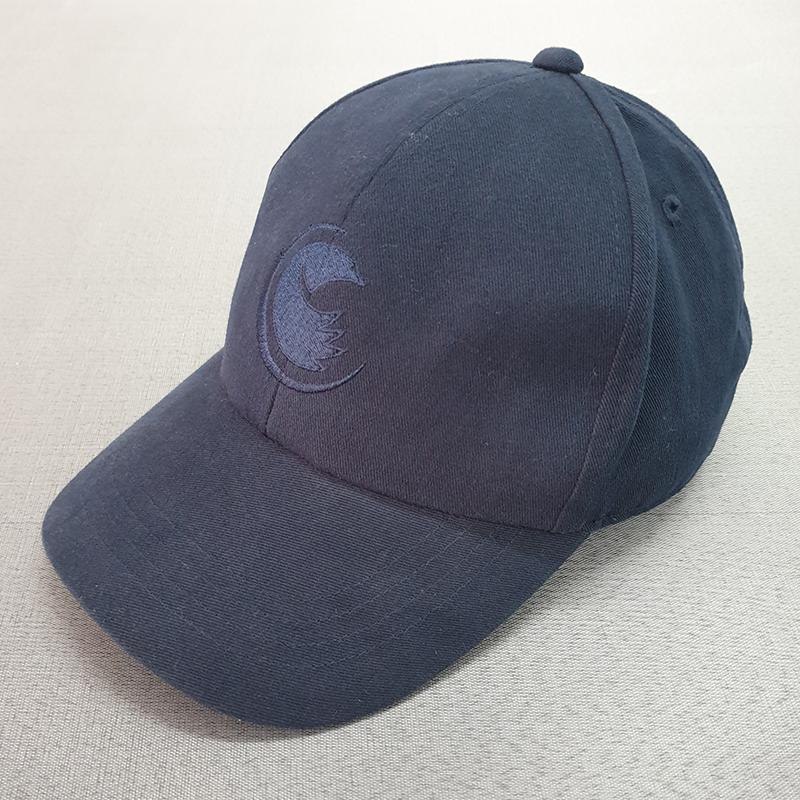 หมวกทรงแบรนด์มีงานปักหมวกด้านหน้าสีกรมท่าสีเดียวกับหมวก