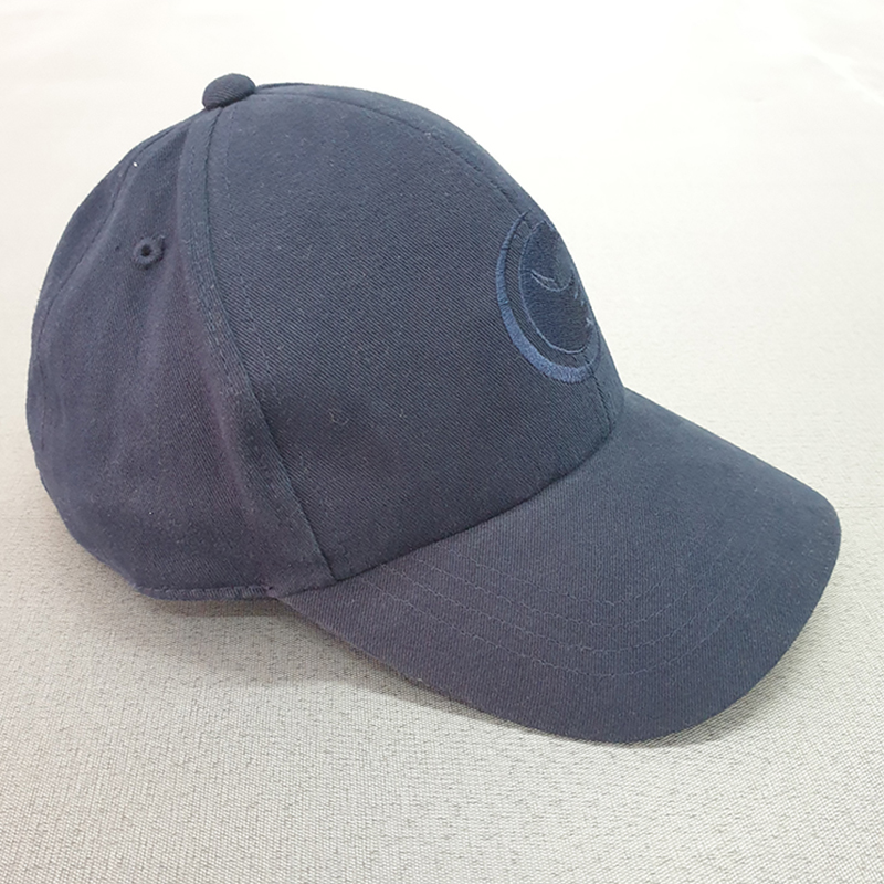 หมวกทรงแบรนด์สีกรมท่ามีรูระบายอากาศด้านหลัง